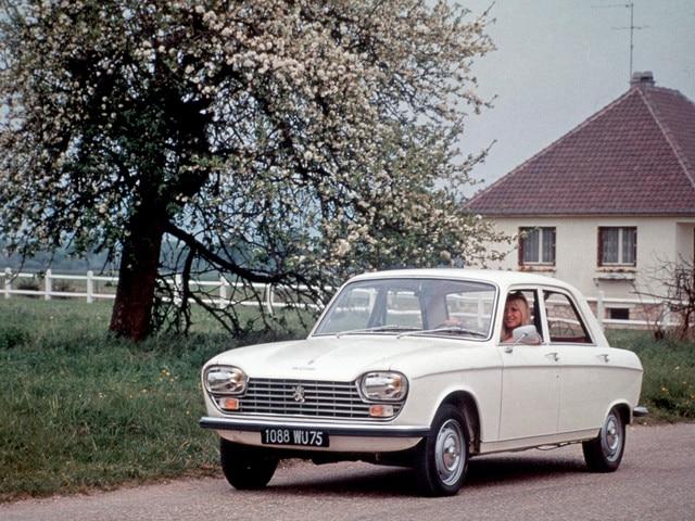 Deux siècles d'innovations – 1965, femme au volant d'un Peugeot 204 blanche